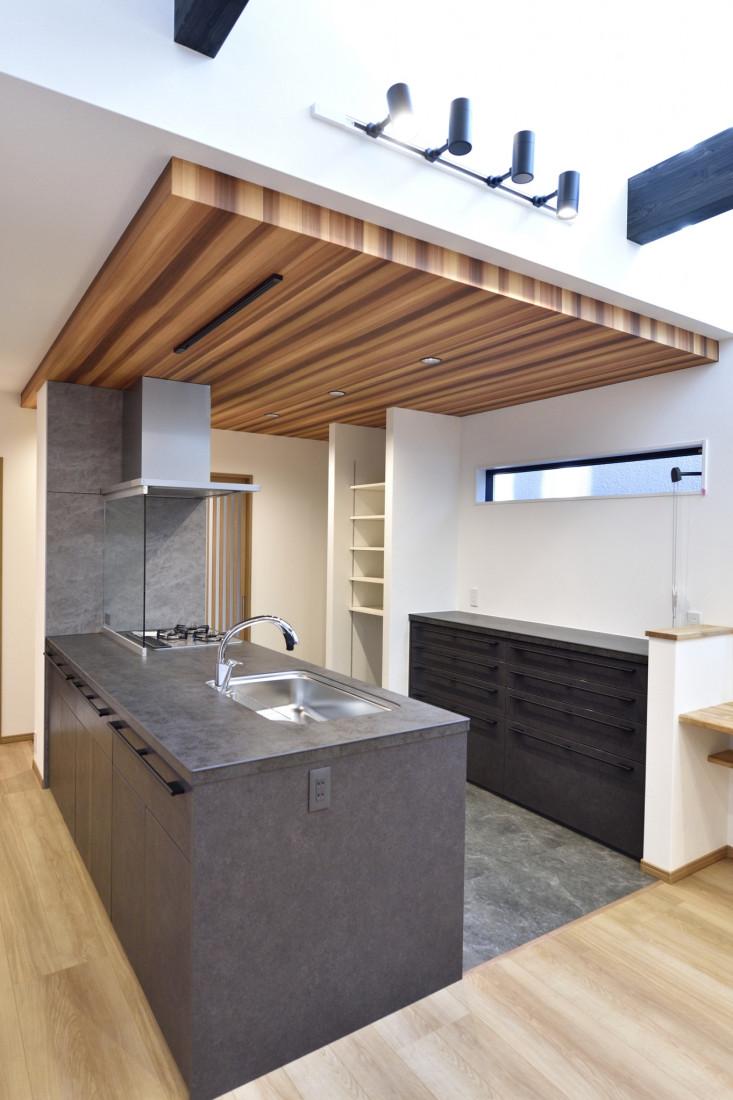 吹き抜け×和モダン キッチンが中心の家事導線を考えた和モダンハウス アイキャッチ画像