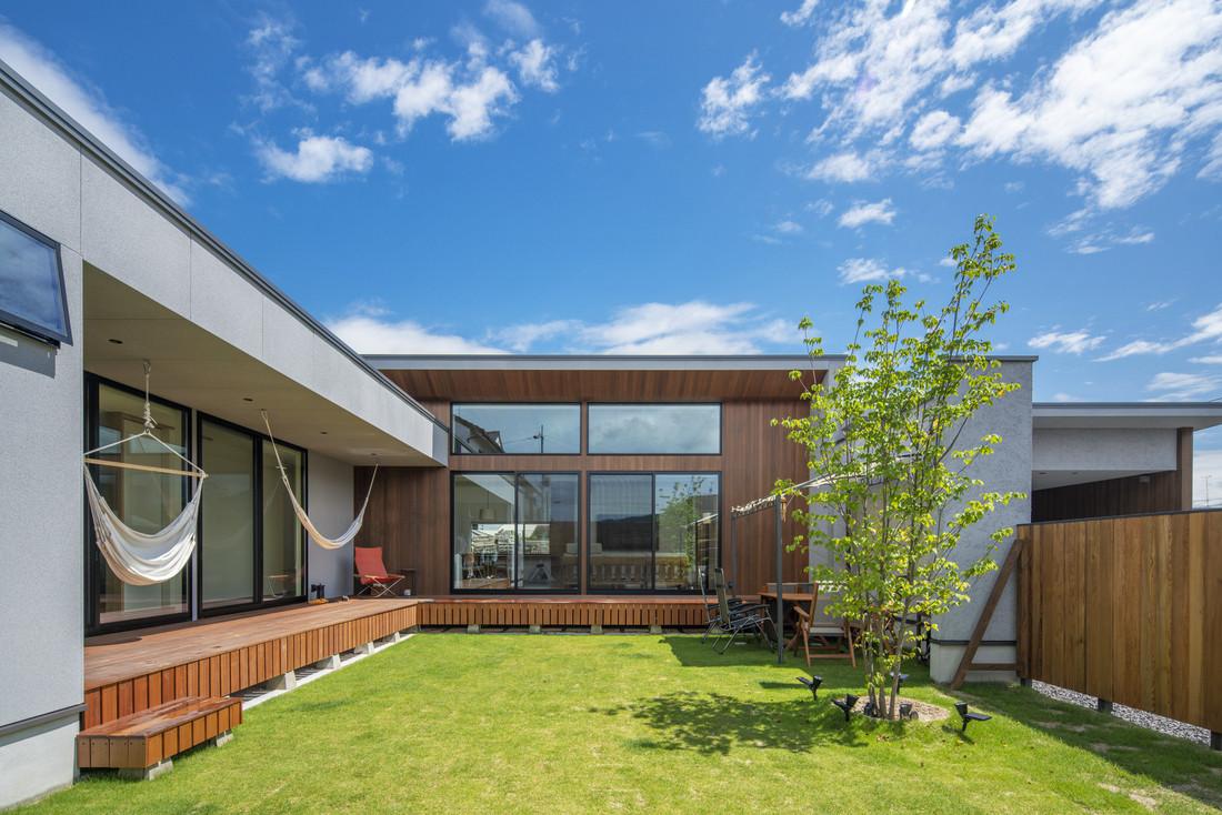 家で過ごす時間が一番楽しい。中庭に向けて開かれた明るい平屋住宅 アイキャッチ画像
