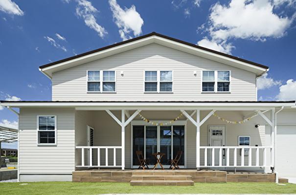 wood調の大きなカバードポーチがあるカリフォルニアスタイルのお家